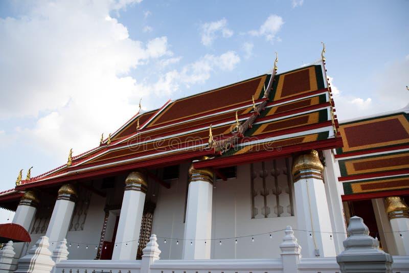 皇家寺庙的屋顶的侧视图在有蓝色和白色天空的曼谷 图库摄影