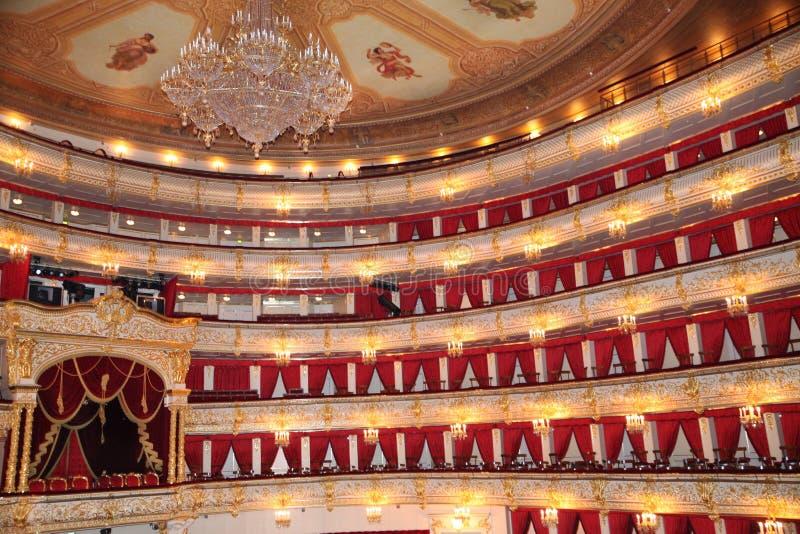 皇家床和枝形吊灯在Bolshoi剧院的大厅里 历史场面 r 26 04 2018? 库存图片