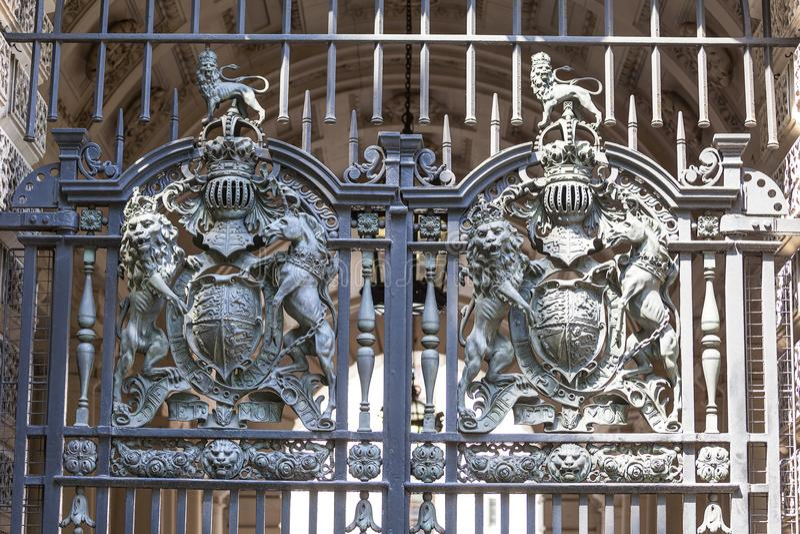 皇家徽章英国的金属门的,伦敦,英国 库存照片