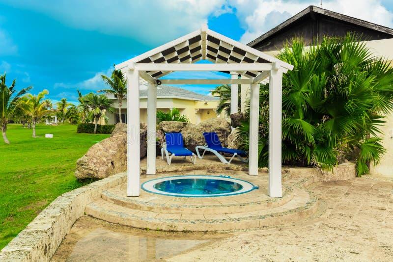 皇家服务室外温泉,太阳看法的片段手段地面惊人的自然风景视图流洒了与舒适圆的Jacuzz 免版税库存照片