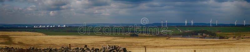 皇家空军Menwith小山,风力场和斯卡吉尔水库在北约克郡山谷 免版税库存图片