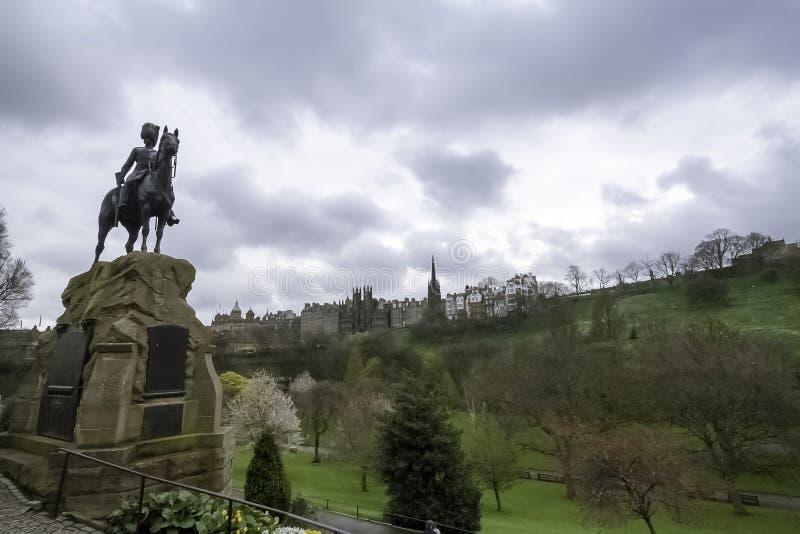 皇家苏格兰语灰色雕象, Street Gardens王子 爱丁堡城堡,后面地面 免版税图库摄影