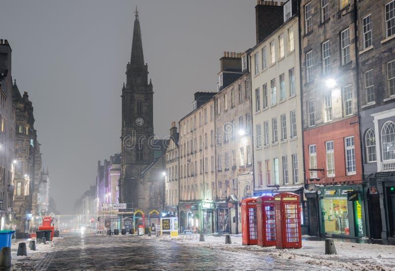 皇家英里在爱丁堡在有雾的冬天夜 库存图片