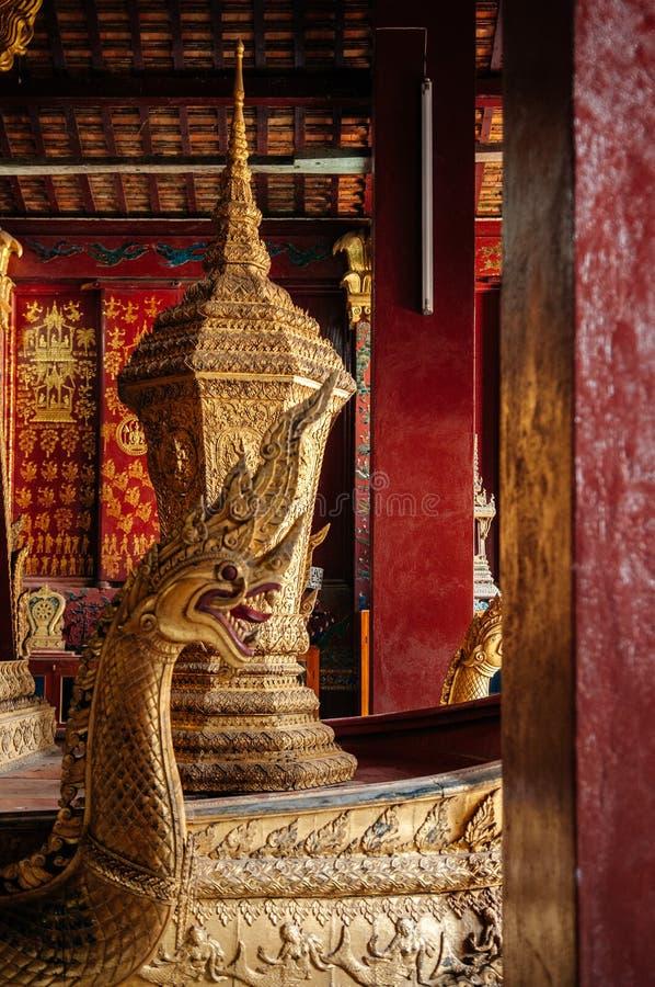 皇家葬礼在Wat Xieng皮带的缸金黄小箱 ??luang prabang 库存照片