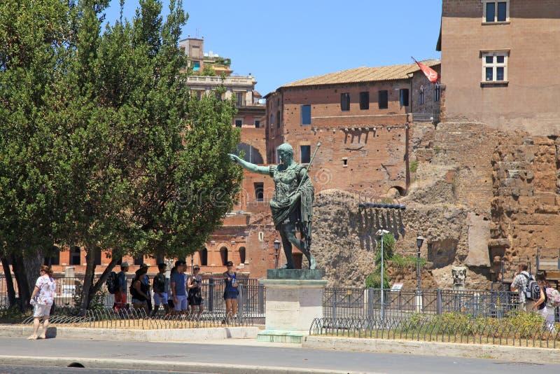皇帝凯撒奥古斯都,罗马, Ita游人和古铜色雕象  图库摄影