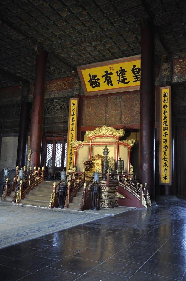 皇帝王位和法院地区在至尊和谐的霍尔从紫禁城的在北京 免版税库存图片
