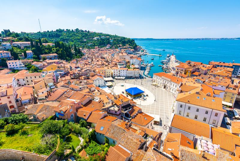 皮兰市,斯洛文尼亚空中全景视图  从塔看在教会里 在前景小屋,亚得里亚海  库存图片