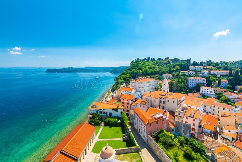 皮兰市,斯洛文尼亚空中全景视图  从塔看在教会里 在前景小屋,亚得里亚海  免版税库存图片