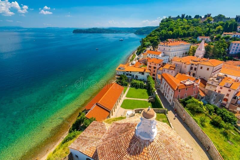 皮兰市,斯洛文尼亚空中全景视图  从塔看在教会里 在前景小屋,亚得里亚海  库存照片