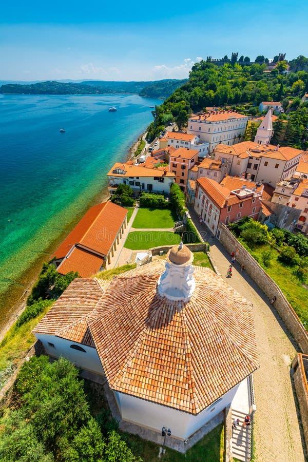 皮兰市,斯洛文尼亚空中全景视图  从塔看在教会里 在前景小屋,亚得里亚海  免版税库存照片