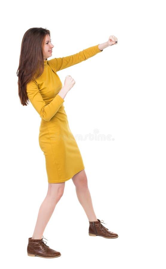 皮包骨头的挥动他的胳膊和腿的妇女滑稽的战斗 免版税图库摄影