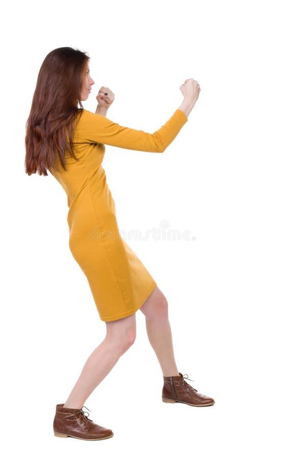 皮包骨头的挥动他的胳膊和腿的妇女滑稽的战斗 免版税库存照片