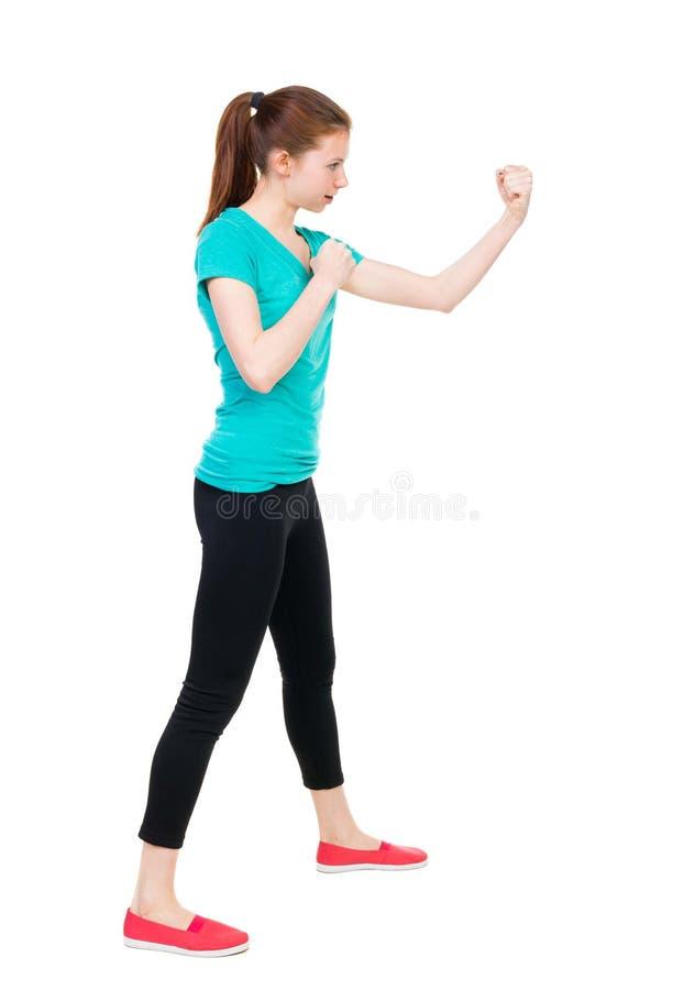 皮包骨头的挥动他的胳膊和腿的妇女滑稽的战斗 spor的女孩 免版税库存照片