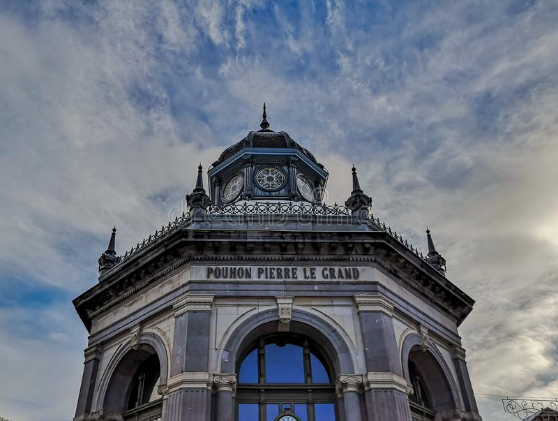 皮埃尔在温泉,比利时的Le Grand的春天的门面,当前安置旅游接待处和一个博物馆 库存照片