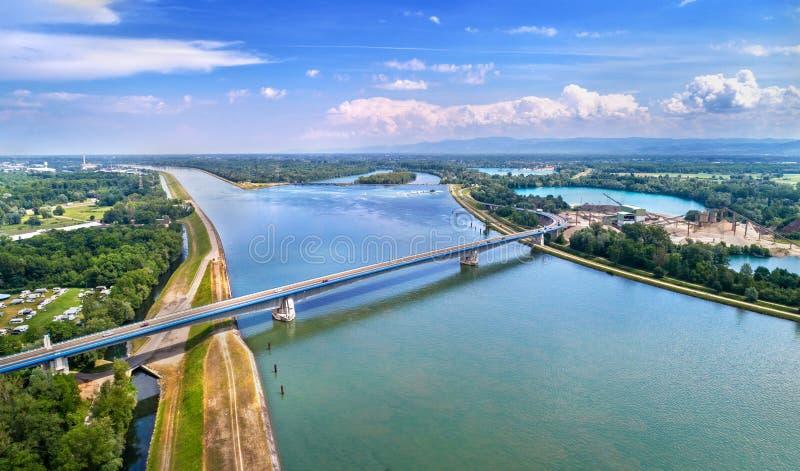 皮埃尔・普夫利姆林在莱茵河的机动车路桥梁在法国和德国之间 库存照片