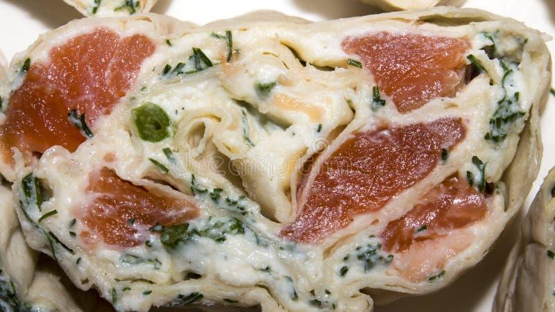 皮塔饼与红色鱼的小圆面包 卷的背景与三文鱼的在皮塔饼面包 库存图片