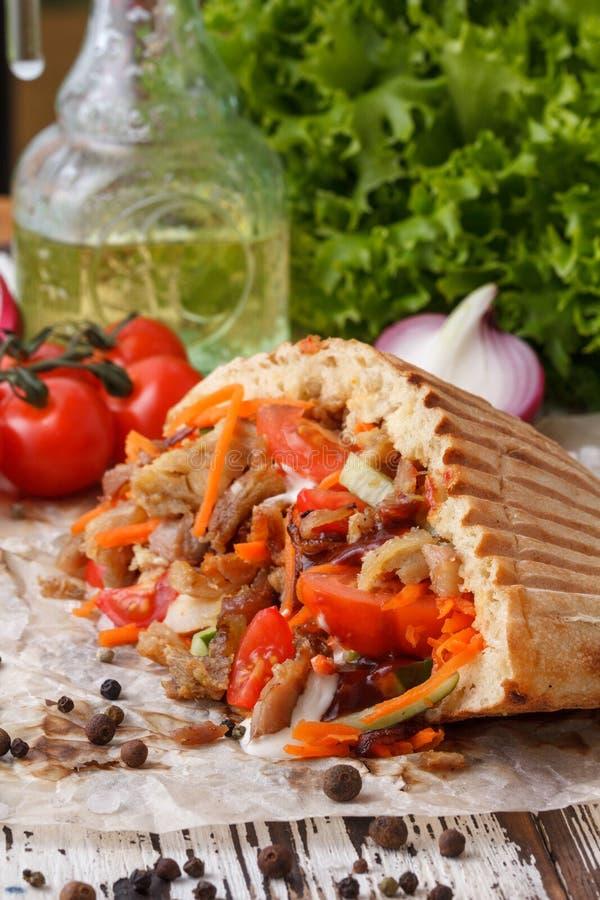 皮塔饼面包盘充塞用烤肉、然后切好的肉和新鲜蔬菜 库存照片