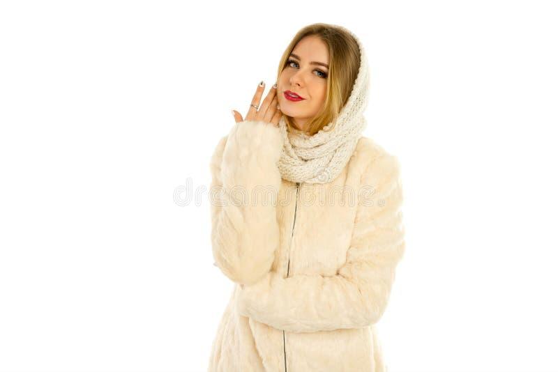 皮大衣和围巾摆在的女孩 免版税库存照片