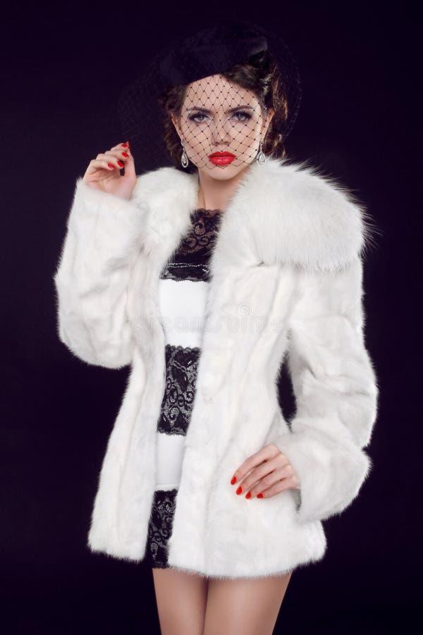 皮大衣的美丽的妇女。 珠宝和秀丽。 方式照片 库存图片