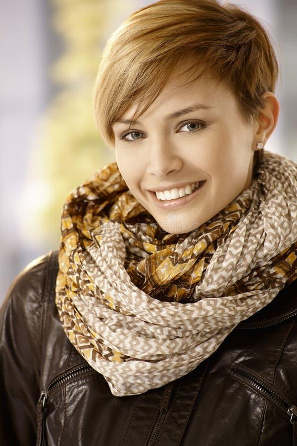 皮夹克的可爱的妇女 免版税库存图片