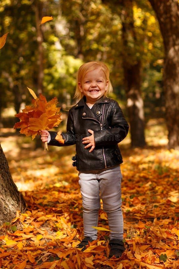 皮夹克的小女孩 免版税图库摄影