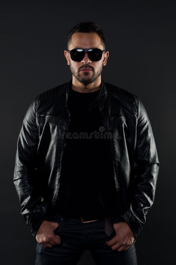 皮夹克的残酷强壮男子 时尚太阳镜的有胡子的人 精神性别和吸引力 时装模特儿太阳镜 人 图库摄影