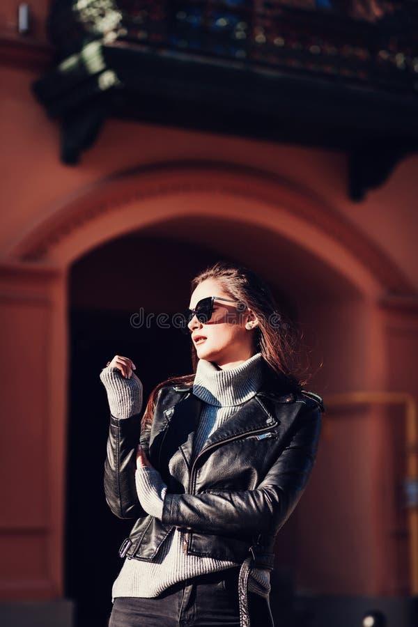 皮夹克的迷人的妇女 图库摄影