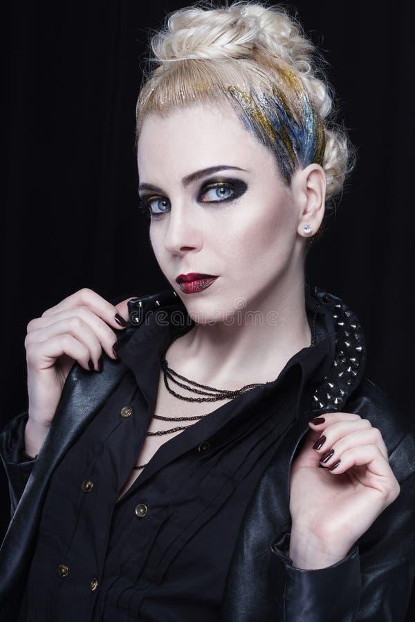 皮夹克的年轻可爱的白肤金发的妇女有钉的 库存图片
