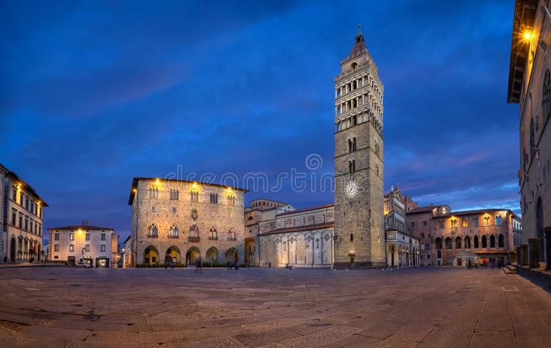 皮斯托亚,意大利 主教座堂广场全景黄昏的 库存照片