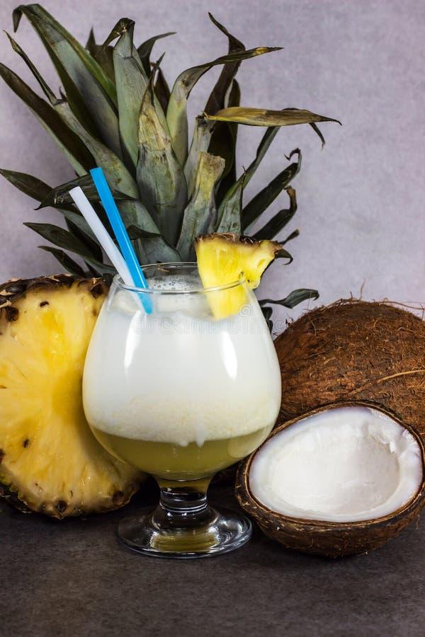 皮纳Ñ  olada,在一块美丽的玻璃的一个热带鸡尾酒与切片菠萝 库存照片