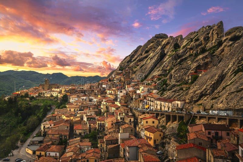 皮耶特拉佩尔托萨村庄在亚平宁山脉Dolomiti Lucane 巴斯利卡塔,意大利 库存图片