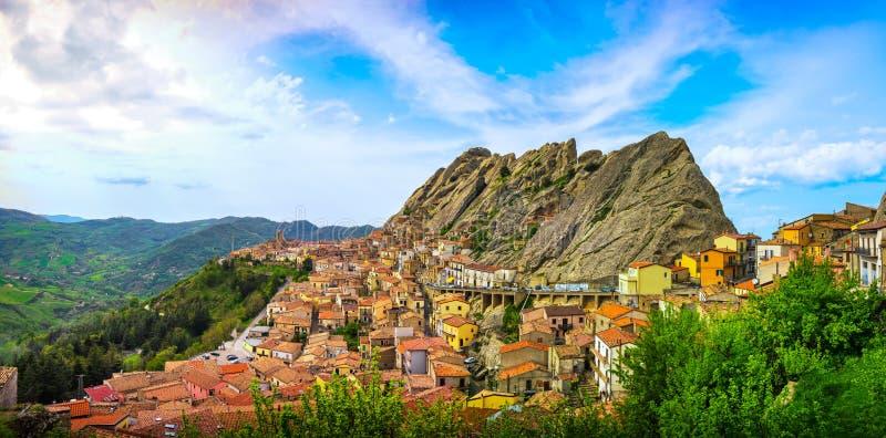 皮耶特拉佩尔托萨村庄在亚平宁山脉Dolomiti Lucane 巴斯利卡塔, 库存图片