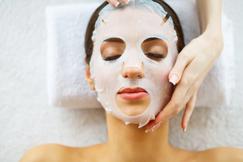 皮肤和关心 说谎与面罩的美丽的妇女 纯净和美丽的皮肤 少妇做一个面罩 喜欢沙龙 ?ig 免版税库存照片