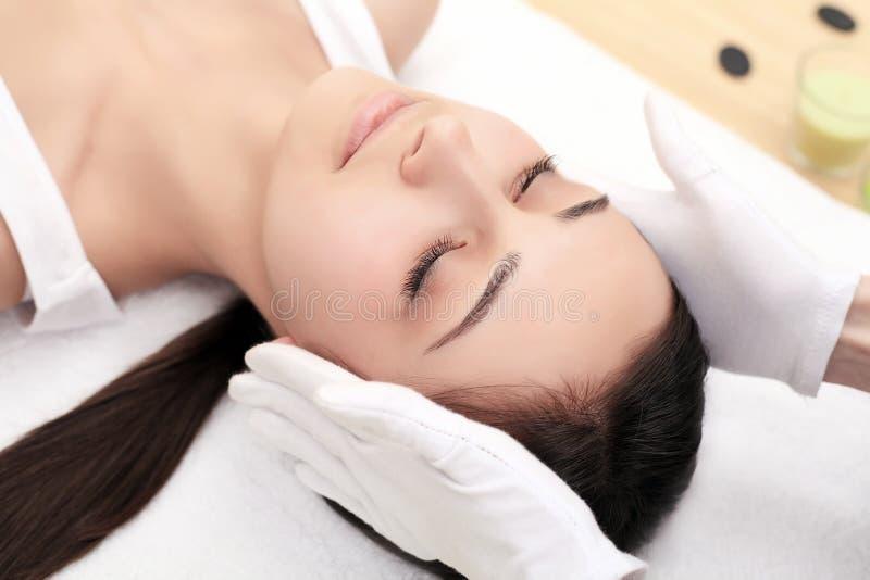 皮肤和身体关心 可及温泉治疗的一个少妇的特写镜头美容院 温泉面孔按摩 面部秀丽治疗 Sp 免版税库存图片