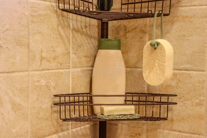 皮肤护理产品,包括瓶身体洗涤、手工制造肥皂和自然海绵丝瓜络 免版税库存图片