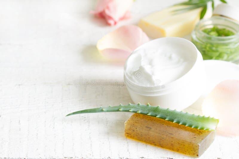 皮肤护理的天然化妆品与瓣上升了和在白色板条的芦荟维拉 库存图片