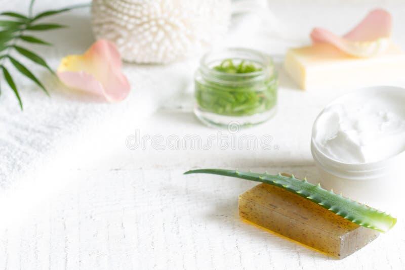 皮肤护理的天然化妆品与瓣上升了和在白色板条的芦荟维拉 图库摄影