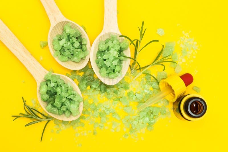 皮肤护理的菜成份在黄色背景 免版税库存照片