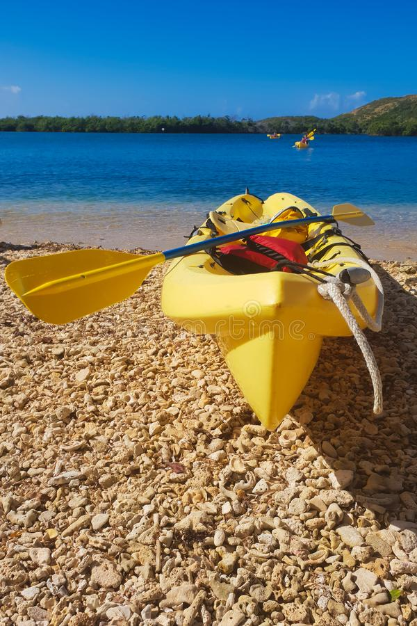 皮船在海滩的阳光下 免版税库存照片
