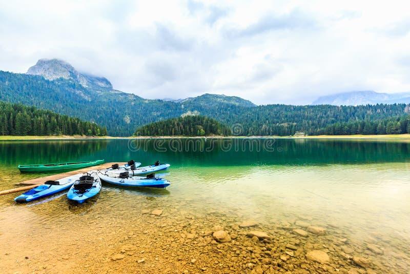 皮船在黑湖岸靠了码头  山风景,杜米托尔国家公园国家公园, Zabljak,黑山 免版税库存图片