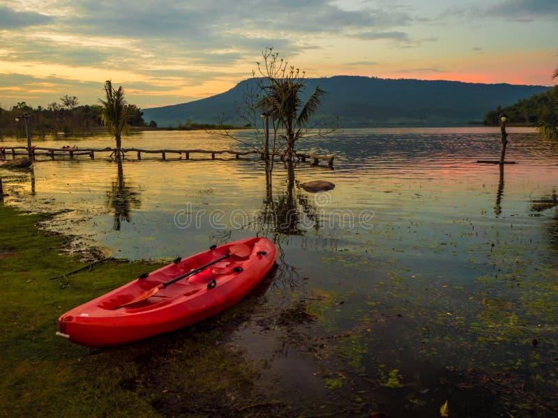 皮船水盐水湖山前面在晚上,太阳是土佬 免版税库存图片