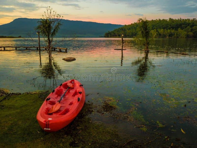 皮船水盐水湖山前面在晚上,太阳是土佬 免版税图库摄影