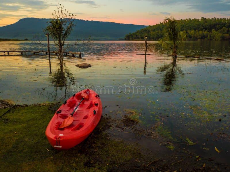 皮船水盐水湖山前面在晚上,太阳是土佬 免版税库存照片