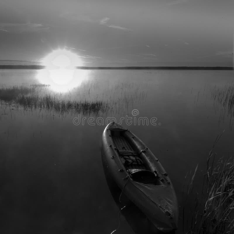 皮船漂浮往太阳 库存图片