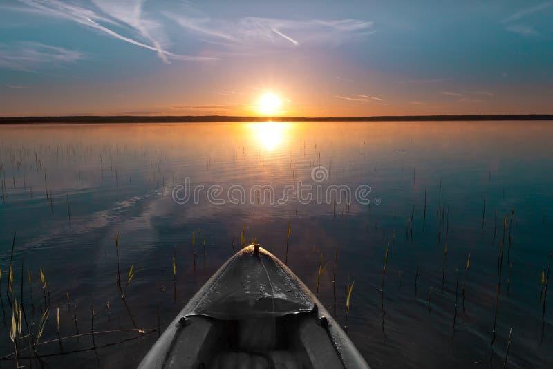皮船漂浮往太阳 免版税图库摄影