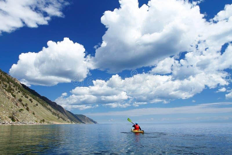 皮船的人横跨贝加尔湖去 库存照片