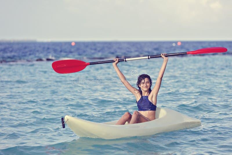 皮船的女孩在海 库存图片