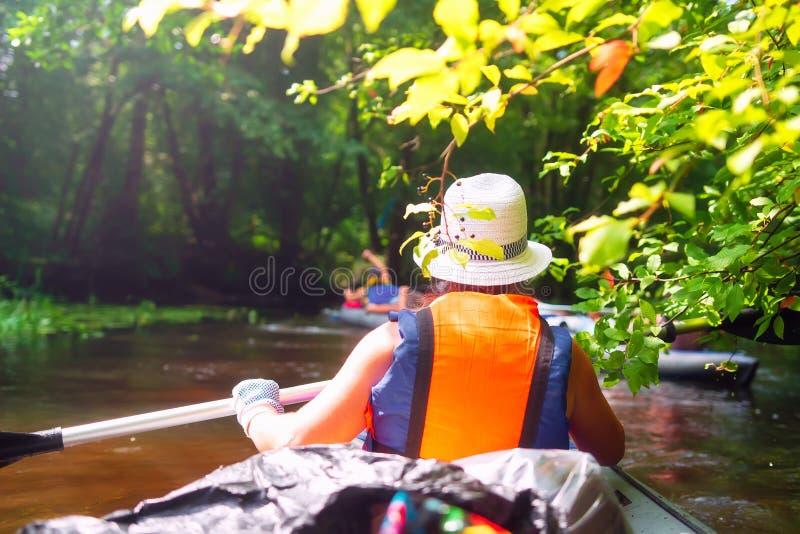 皮船的妇女在河 库存照片