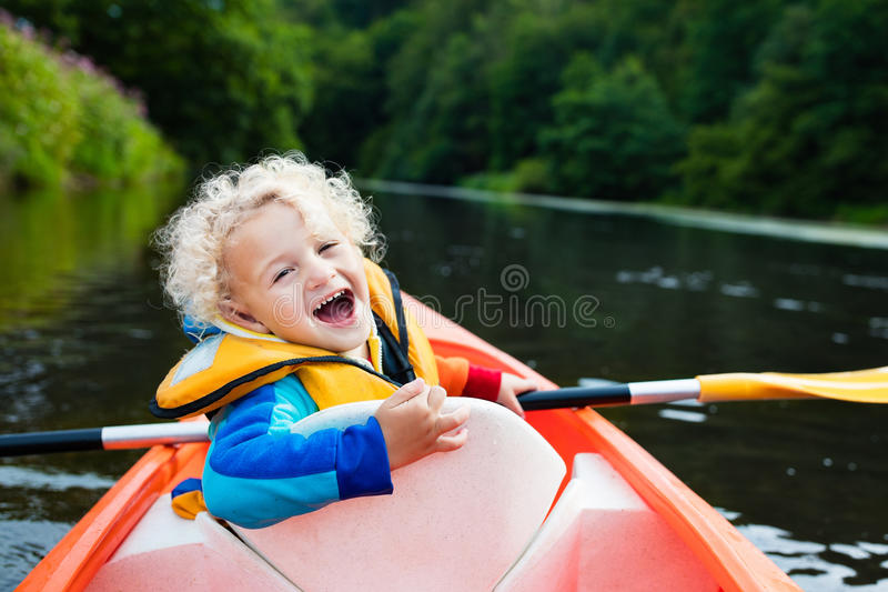 皮船的小男孩 库存图片