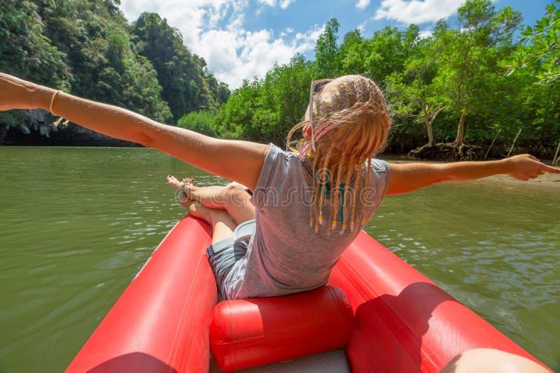 皮船的愉快的游人 免版税库存图片